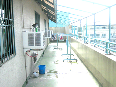 Kalayaan Plaza Apartment provide tenants a place to dry clothes. Also function as fire exit.
